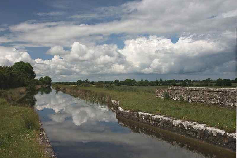 "Blackwater Aqueduct Royal Canal; copyright © Alan Grant; click to ""Alan Grant Gallerie"""