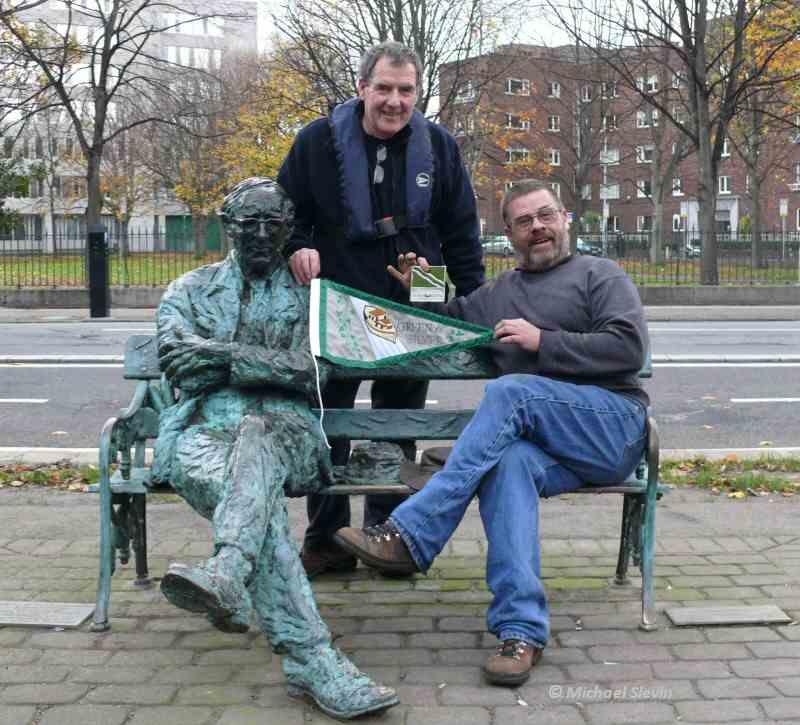 Mick Farell mit Wimpel und Plakette
