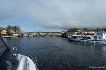 "Carrick on Shannon; © Captain's Handbook; click picture to ""enlarge"""