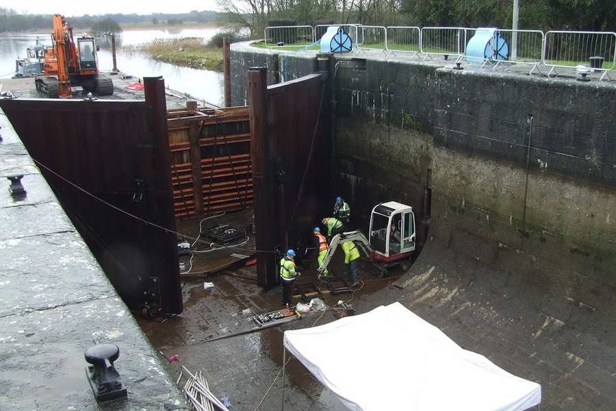 Exchange of the lock gates Meelick Lock; click picture to te Photoalbum from Naill Galway