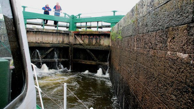 Entering Carnroe lock, River Bann
